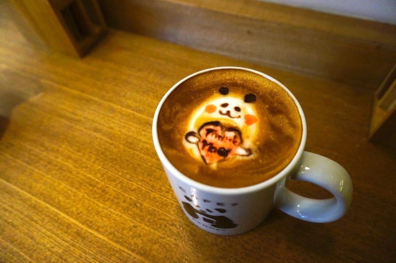 【上野.美食】可愛到喝不下口? 「C's CAFE」的貓熊拿鐵