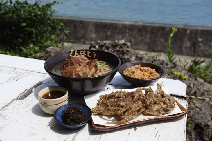 <div class='captionBox title'>在沖繩的「くんなとぅ」吃蕎麥麵、看海</div>