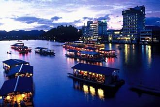 清流に浮かぶ屋形船。歴史と自然の町大分県日田市の魅力
