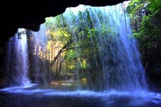 <div class='captionBox title'>熊本縣小國町的絶景「鍋ヶ滝」 從瀑布反面欣賞如窗簾的瀑布</div>