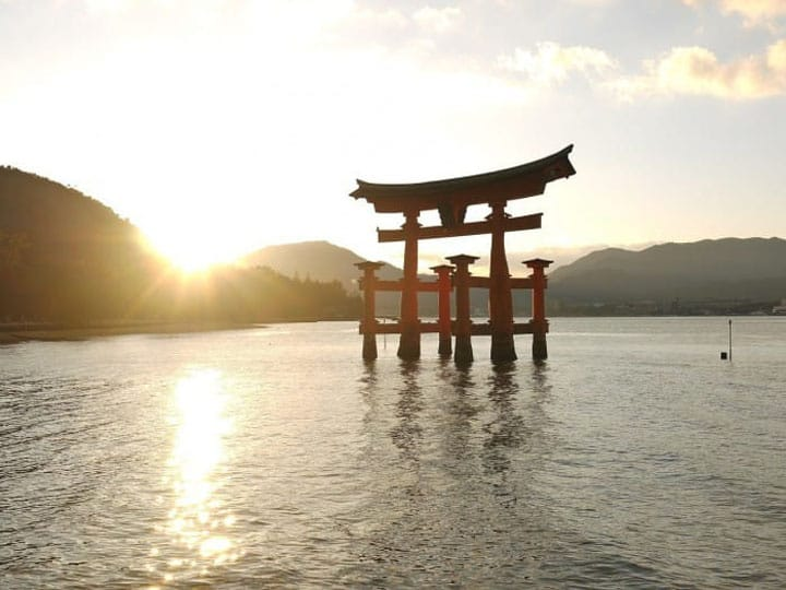 바다에 떠오르는 대 토리이(鳥居), 히로시마「이츠쿠시마 신사」와 미야지마를 산책하자