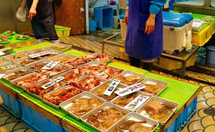Disfruta de mariscos frescos y más, en Uo-no-tana Shotengai en Akashi
