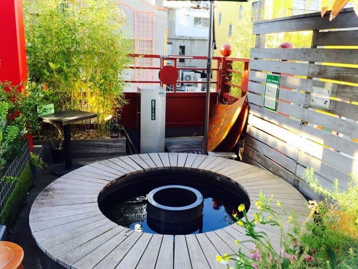 屋上庭園でリラックス、横浜中華街の足湯体験ができるカフェ「ガーデンテラスカフェ」