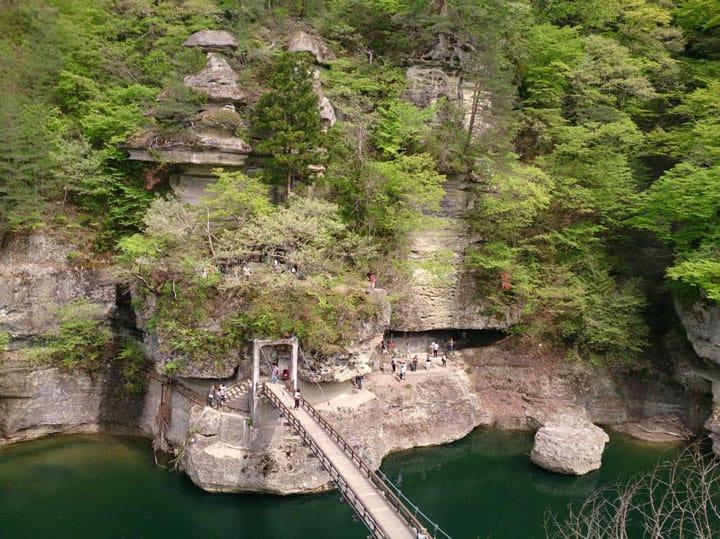 100万年かけてできた奇景、迫力満点の岩場・福島「塔のへつり」