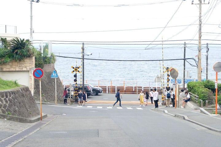 วิธีเดินทางไปจุดถ่ายรูปที่ฮอตฮิตกันในหมู่นักท่องเที่ยวที่มาเยือนญี่ปุ่น  เอโนะเดง「หน้าโรงเรียนมัธยมปลายคามาคุระ」