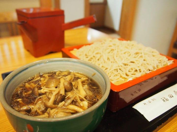 老若男女が集う渋谷「福田屋」でお蕎麦をすする