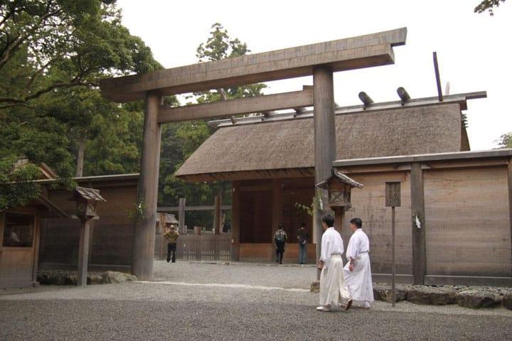 Templos, Santuarios y Amuletos- Un resumen de la religión japonesa