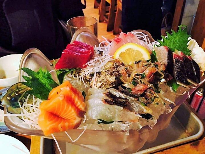 超划算!500円滿滿生魚片拼盤,博多海風土居酒屋