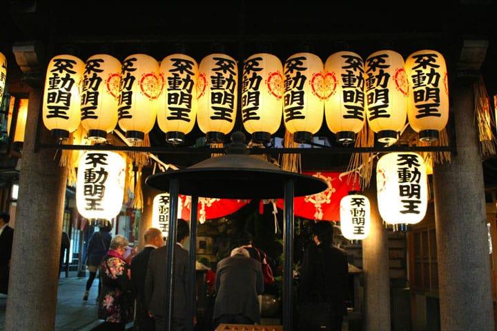 환상적인 밤의 절과 운치 넘치는 요코쵸로. 오사카 난바 '호젠지(法善寺)'