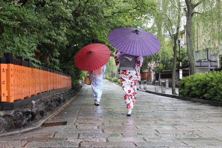 【雨の日】日本人の暮らしに寄り添い続けてきた日用品「和傘」とは?