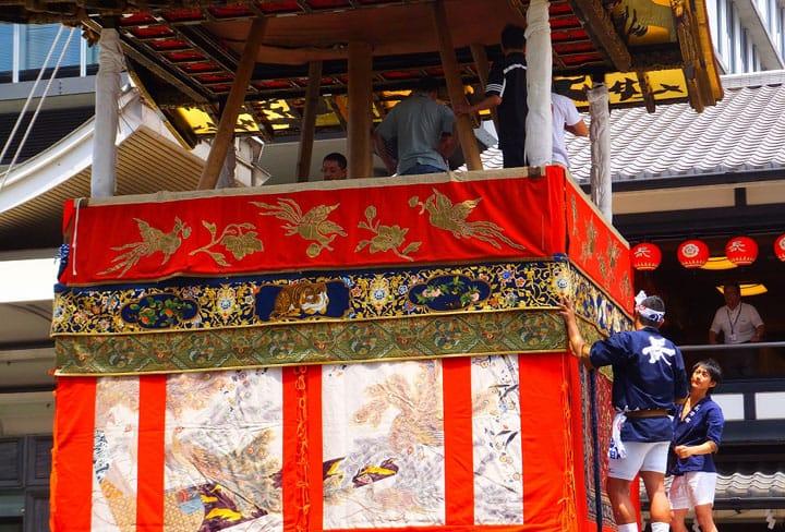 【여름】교토「기온마츠리」의 꽃 모양의「야마보코타테」를 빛내는 장인