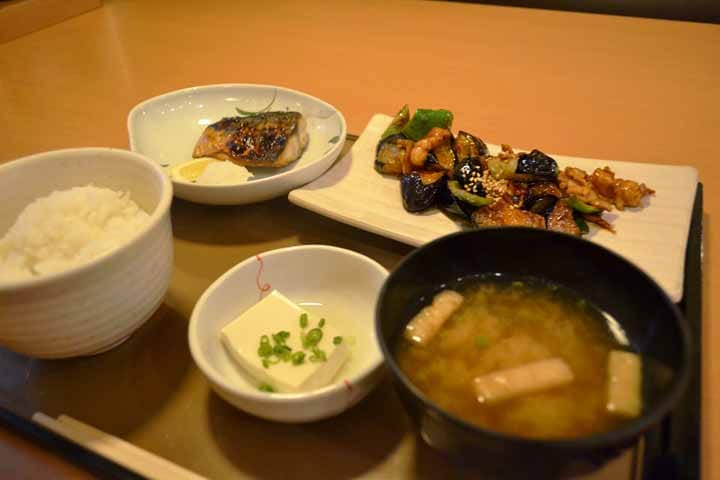 Mencicipi Set Makanan Jepang di Yayoiken (Salah Satu Restoran Franchise di Jepang)