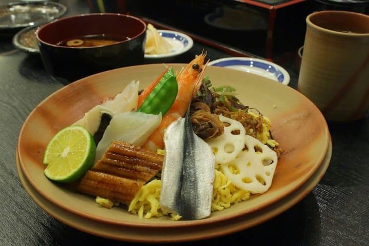 【OKAYAMA】Quán Sushi ngay trong ga Okayama. Hãy cùng thưởng thức món 「Bara-Zushi」, một món nổi tiếng ở 「Azuma-zushi」.