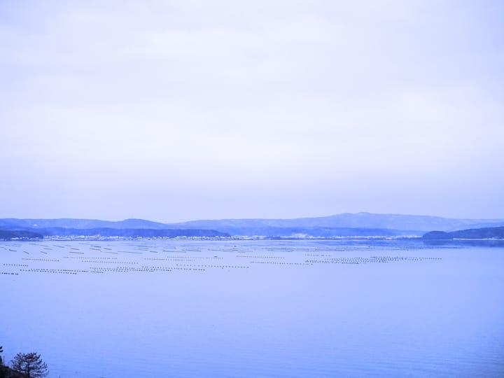 Biển thanh bình giống như thời gian đã dừng lại ~ Phong cảnh của Wakura không hề thay đổi so với thời điểm ra đời tập thơ cổ nhất Manyoshu [Vạn diệp tập]