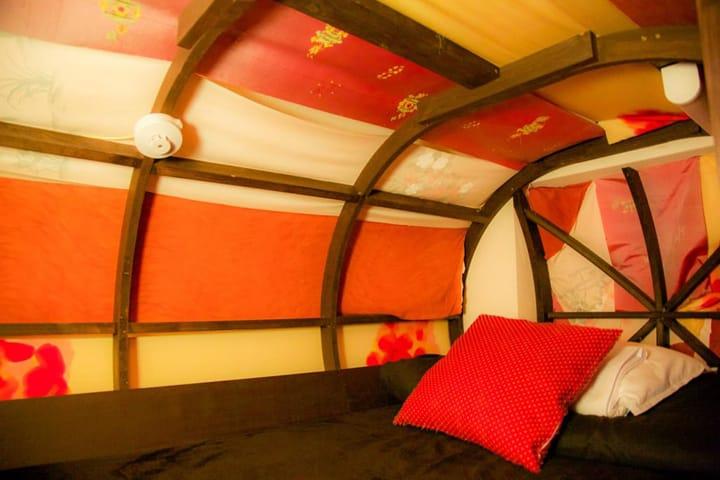 ゲストハウス「カオサン京都(きょうと)シアター」では、ぜひ着物(きもの)ベッドに泊(と)まってみてください!