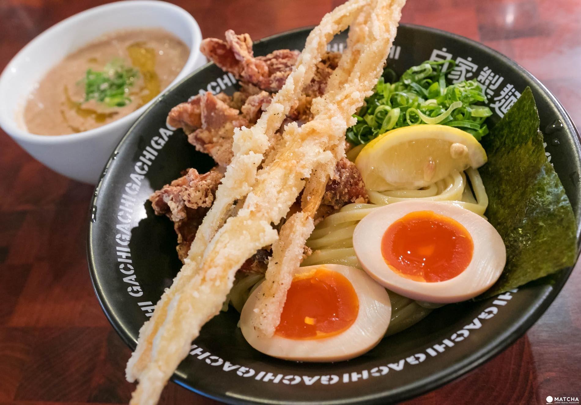 新宿二丁目の人気ラーメン店、二丁目つけめん GACHIのSio DX ¥990。濃厚な鶏白湯スープと自家製太麺の相性が抜群で旨い。