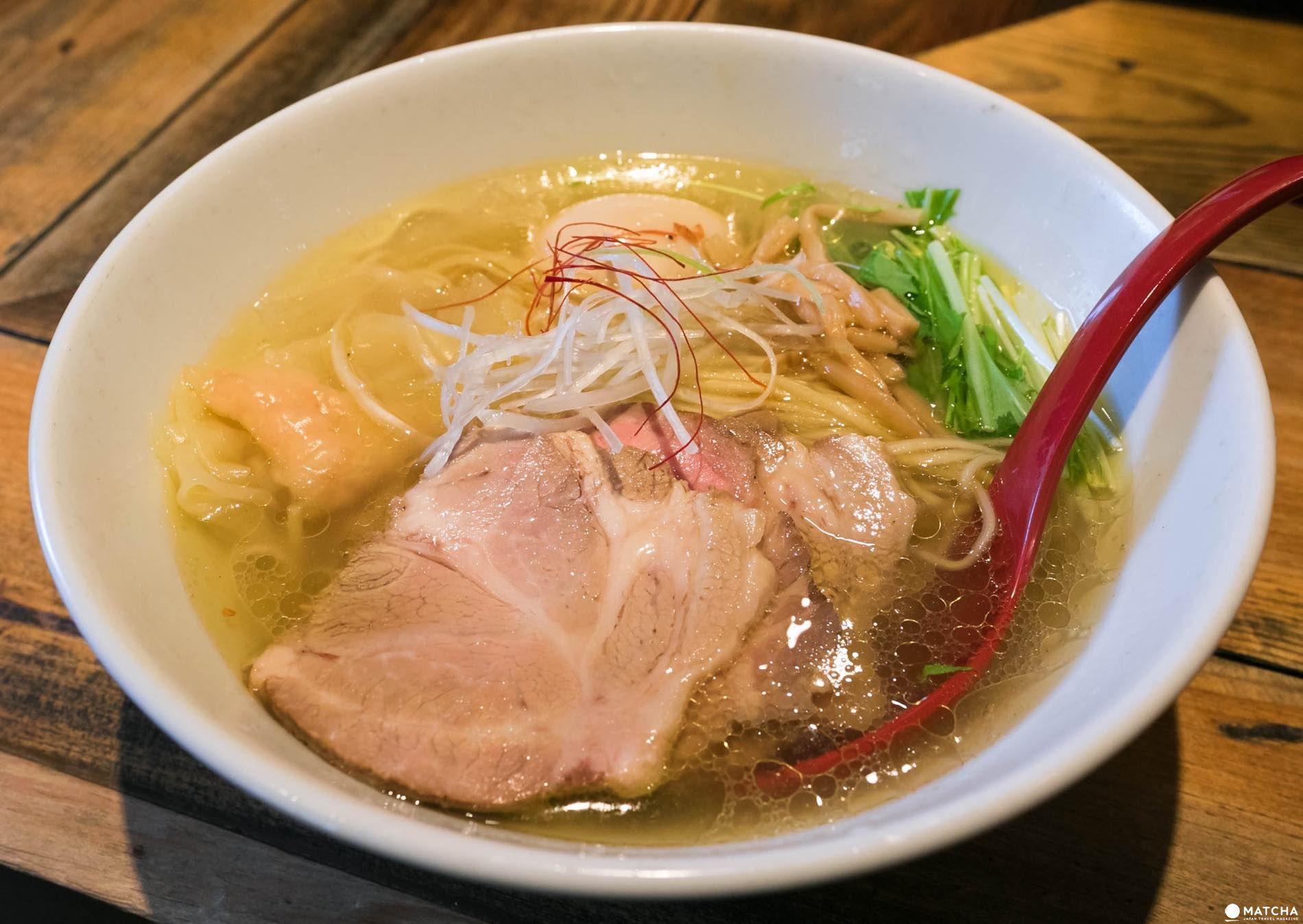 麺屋 翔の香味鶏だし特製塩らーめん¥990は、鶏ベースのスープが絶品。