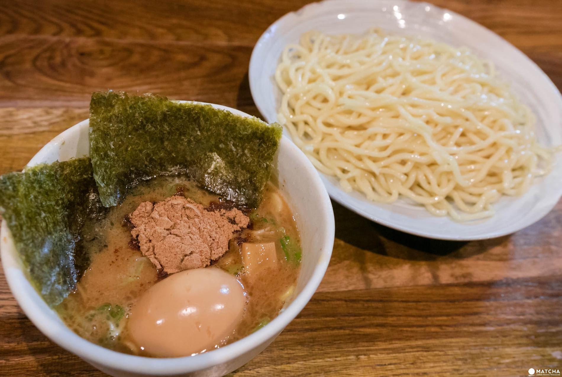 風雲児の得製つけ麺大盛り¥1000は、濃厚な鶏白湯スープに魚介のパンチが効いた味わい。麺との絡みも抜群で旨い。