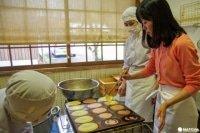 大分県竹田市の老舗「但馬屋老舗」で、和菓子職人の技に挑戦!