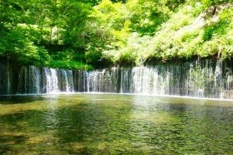 <div class='captionBox title'>欣賞大自然包圍之中的景色!輕井澤的必到絕景景點,「白線瀑布」和「雲場池」</div>
