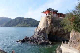 スリルと絶景に息を飲む!瀬戸内海を一望できる「磐台寺(阿伏兎観音)」