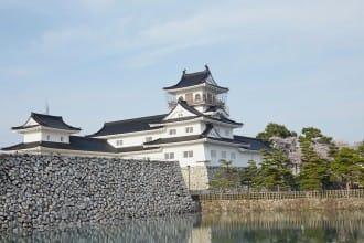 <div class='captionBox title'>浮於水面般的美麗城堡:富山城址公園以及 交通方式與觀光景點</div>