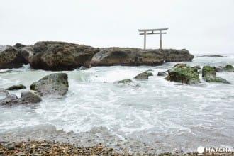 <div class='captionBox title'>【茨城縣】海浪與鳥居的合奏,給你能量滿滿的大洗磯先神社</div>