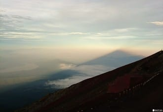 <div class='captionBox title'>『小編的第一次』一輩子一定要爬一次!富士山登頂攻略</div>