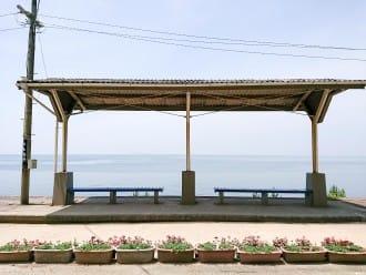 <div class='captionBox title'>【愛媛】離海最近的車站,神隱少女場景都在這裡等你來朝聖!</div>