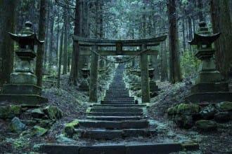 <div class='captionBox title'>【熊本】走入深綠異世界的夢幻景點「上色見熊野座神社」</div>