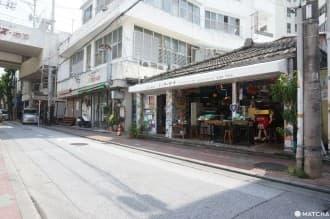 <div class='captionBox title'>『沖繩』隱身國際通巷弄的浮島通|來場新舊交織的在地散步</div>