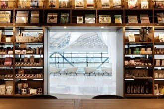 <div class='captionBox title'>搭紅眼班機也能享書與咖啡的文青時光!「羽田機場 蔦屋書店」24小時不打烊</div>
