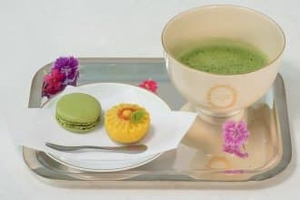 <div class='captionBox title'>甜點迷的京都景點又加一!馬卡龍代表「LADUREE」伴手禮店、咖啡廳新開幕!</div>