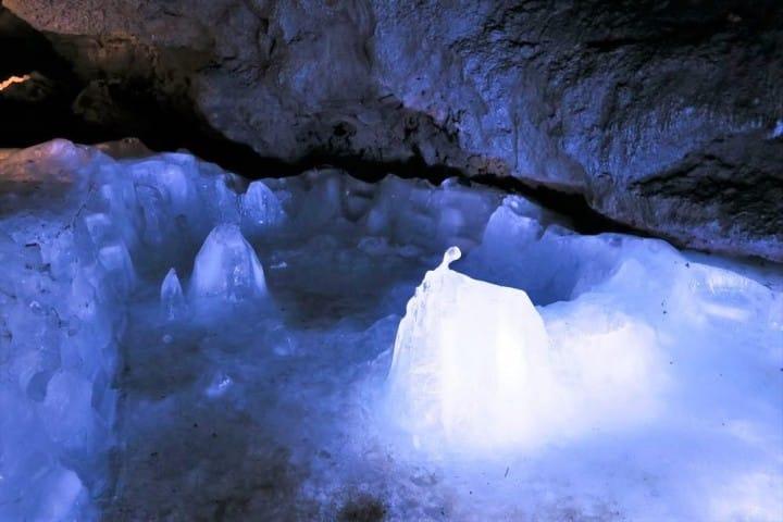 Dạo quanh hang động
