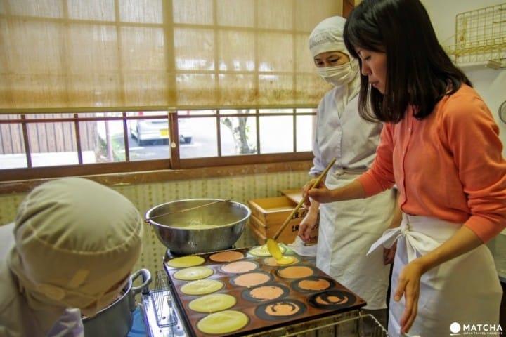 ¡Aprende a hacer dulces tradicionales en Tajimaya Roho en Taketa, Oita!