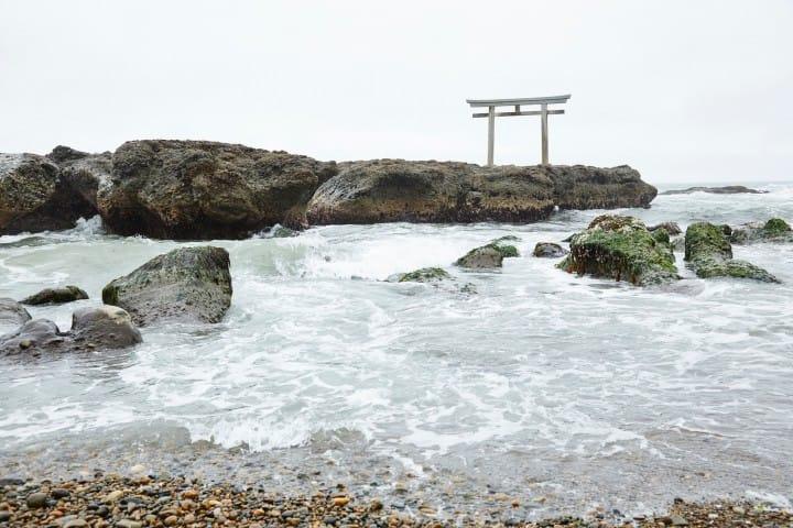 打ち寄せる波と鳥居のコラボレーション。茨城県随一のパワースポット大洗磯先神社