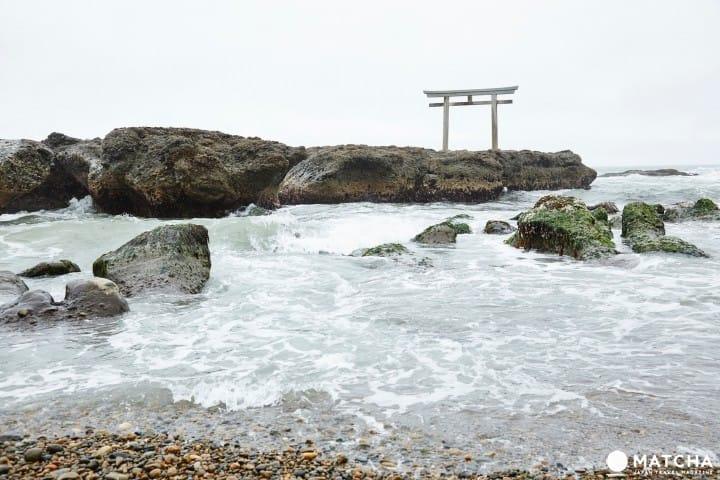Sự hòa quyện giữa sóng biển và cổng đền Torii. Đền thờ Oarai Isosaki - một địa điểm tràn đầy năng lượng đứng đầu ở tỉnh Ibaraki