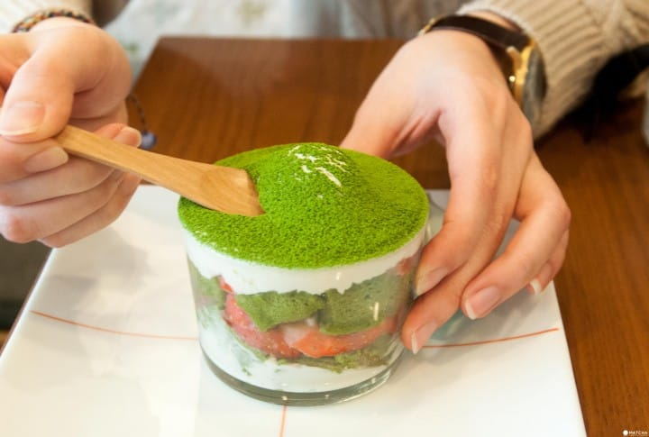 <ruby>抹茶<rt>まっちゃ</rt></ruby>と <ruby>日本茶<rt>にほんちゃ</rt></ruby>(Japanese green tea)を <ruby>楽<rt>たの</rt></ruby>しみながら ゆっくり できる カフェ「<ruby>茶茶<rt>ちゃちゃ</rt></ruby>の<ruby>間<rt>ま</rt></ruby>」
