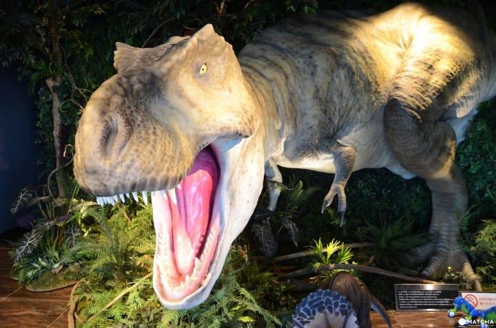 等身大のティラノサウルスの模型があるホテル