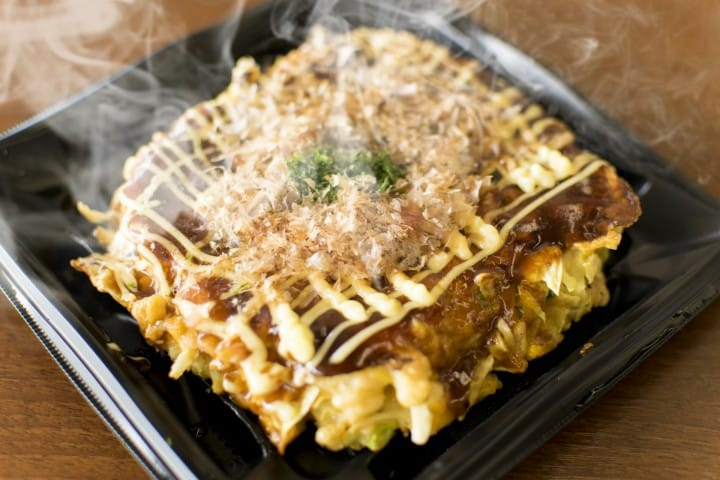 No Chopsticks? No Problem! Eating Okonomiyaki Kansai-Style