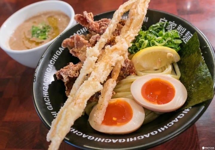 新宿二丁目の人氣拉麵店、二丁目つけめん GACHIのSio DX ¥990。濃厚な雞骨白湯湯頭と自家製粗麵の相性が抜群で旨い。