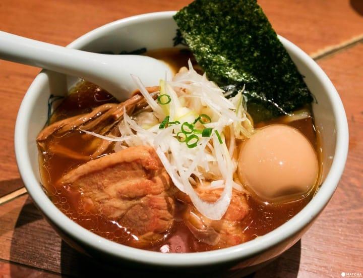 麺屋武蔵 新宿總店の武蔵ら〜麺 ¥1150は、動物と海鮮のダブル湯頭に、モチモチ麺の組み合わせ。