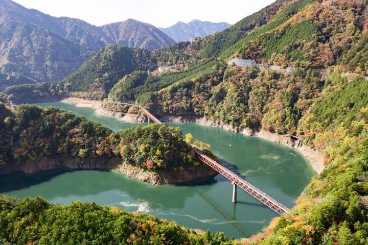 トロッコ列車で静岡の絶景へ。湖に浮かぶ秘境「奥大井湖上駅」