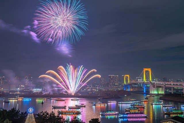 浅草「隅田川花火大会」で見える、夜空を照らす20,000発の華【2020年中止】