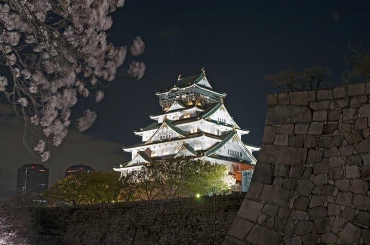 幻灭般闪耀着的城池太美好了!漫步在夜的大阪城公园。